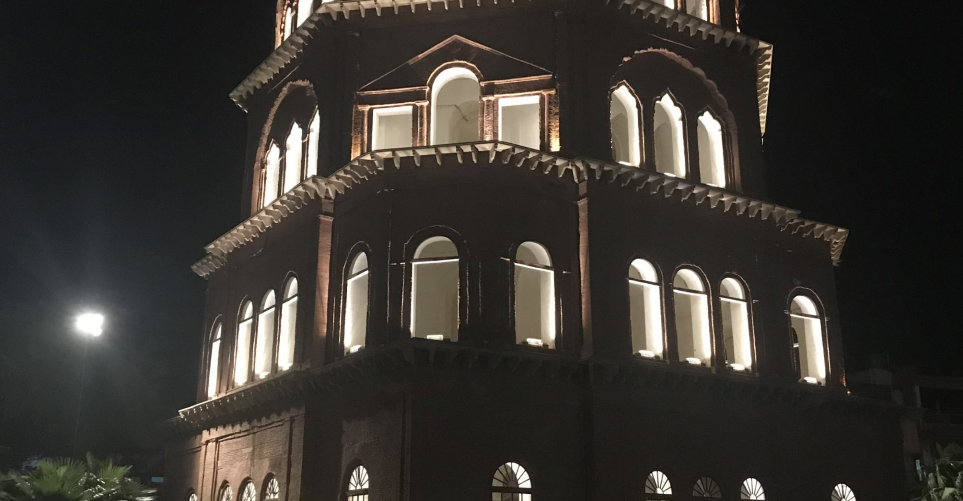picture of Satkhanda - a 7-storeyed tower built by Nawabs of Awadh for the purpose of sighting new moon before Ramzan and Eid festival.