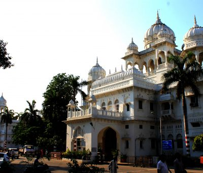 Picture of an imposing building at King George's Medical University (kgmu) Lucknow.