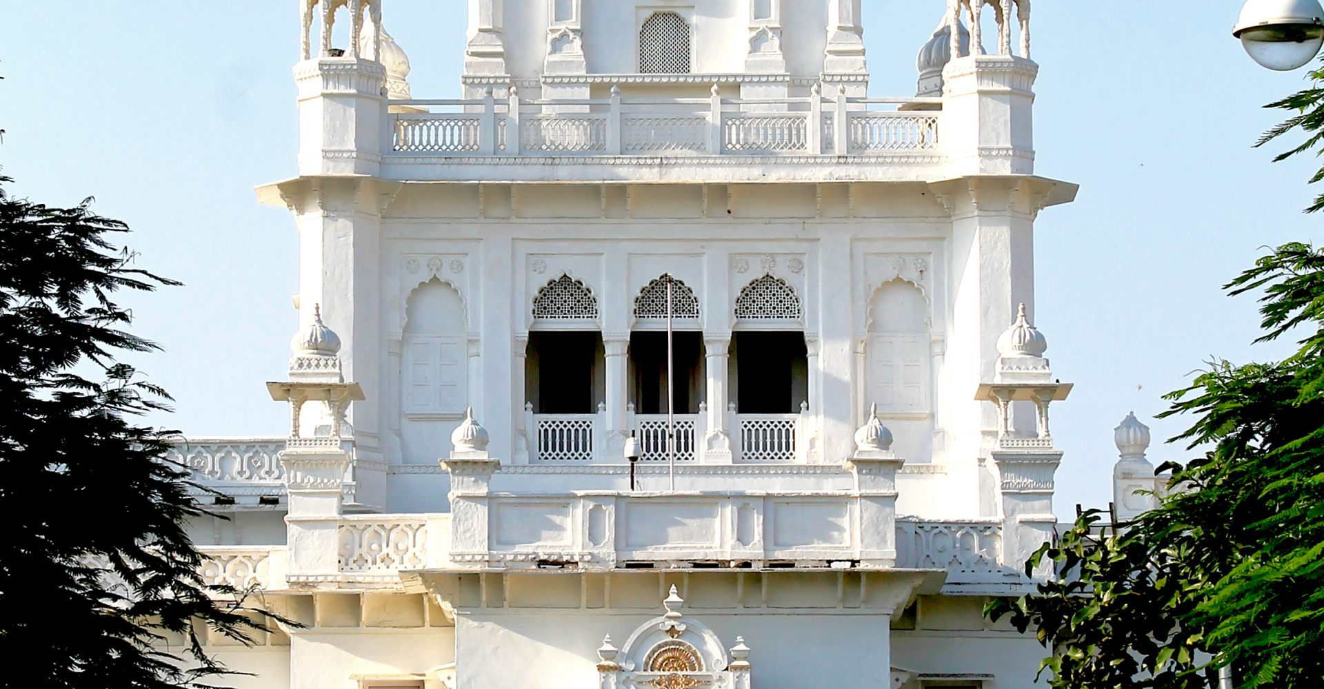Picture of the Administrative building (built in 1909 A.D.) at king george's medical university, Lucknow.